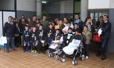 Familias e xogadores do equipo benxamín da Escola de Fútbol Sala do club Xuvenil Roiba (Ferrol)
