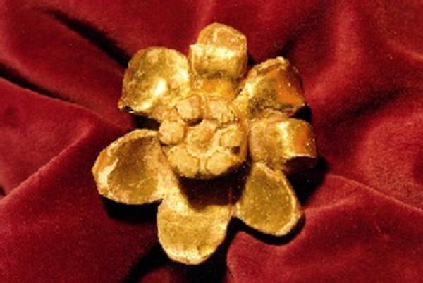 Was machte er mit der hölzernen Rose, die er beim Übergang über die Pyrenäen in der Kirche von Pallerols gefunden hatte?