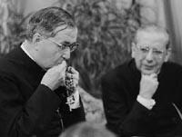Den helige Josemaría med rosenkransen i händerna tillsammans med biskop Álvaro del Portillo