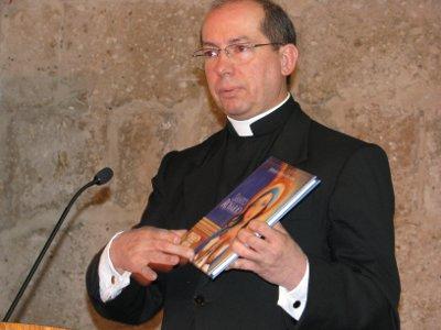 P. Miguel Arce, durante la presentación.