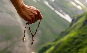 Papa Francesco ci invita a pregare il rosario ogni giorno