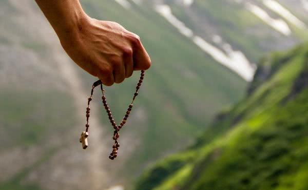 O Papa Francisco convida a rezar o terço todos os dias