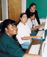 Melissa, Emily, Raquel y la profesora Roxana, preparando la presentación de PowerPoint.