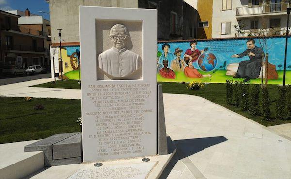 Uma praça dedicada a São Josemaria em Apricena (Itália)