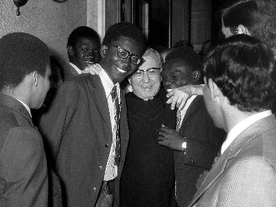 San Josemaría con varios kenianos del Opus Dei.
