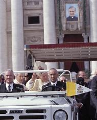 Juan Pablo II con Mons. Javier Echevarría en la canonización del Fundador del Opus Dei.