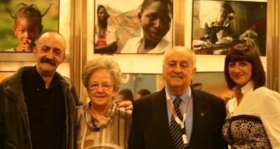 Santi Rodríguez, actor, con su mujer y sus padres