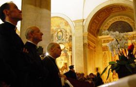 Prælaten beder foran det hellige Ligklæde