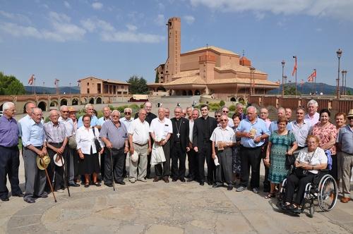 Der Architekt vonTorreciudad und andere, die am Bau mitgearbeitet haben, vor der Wallfahrtskapelle