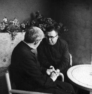 "Saint Josémaria s'entretient avec Arcadio Maria Larraona sur la petite terrasse de l'appartement de ""Città Léonina""."