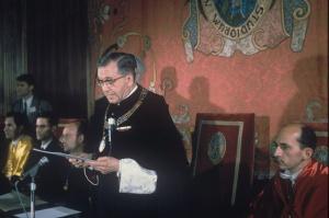 SLors de son discours à la cérémonie de remise des Doctorats Honoris Causa à l'Université de Navarre. À sa gauche, Ismael Sanchez Bella, vice-recteur, en 1967.