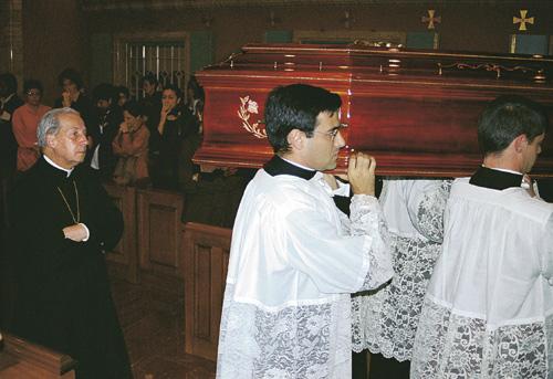 Mgr Xavier Echevarria accompagne le cercueil avec la dépouille de Dora, à la sortie de l'oratoire d'Albarosa, pour rejoindre Villa Tevere.