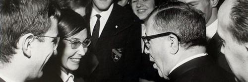 Saint Josémaria discute avec quelques étudiants de l'Université de Navarre, en 1964