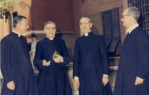 Saint Josémaria avec les trois premiers prêtres de l'Opus Dei, le 25 juin 1969, en l'anniversaire de leurs noces d'argent sacerdotales.