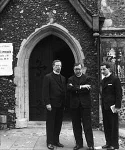 Mich bewegt dieses Foto der drei Prälaten am Eingang zum Atrium der kl. Kirche von San Dunstan in  Canterbury sehr. Es entstand im Sommer 1958.