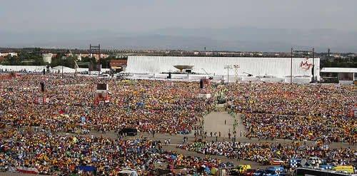 Aspecto global dos participantes na Missa em Quatro Ventos. Fot. <i data-verified=