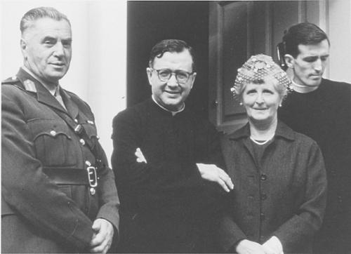 San Josemaría con i genitori di un giovane sacerdote irlandese.