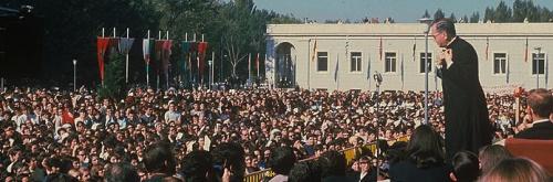Le fondateur de l'Opus Dei sur le perron de l'esplanade de l'ancienne Bibliothèque de l'Université de Navarre en 1967.