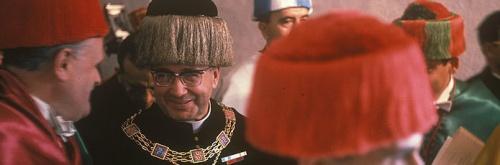 S. Josemaria conversa com o Professor Álvaro D'Ors durante o desfile prévio à investidura dos Doutores Honoris Causa. 1967
