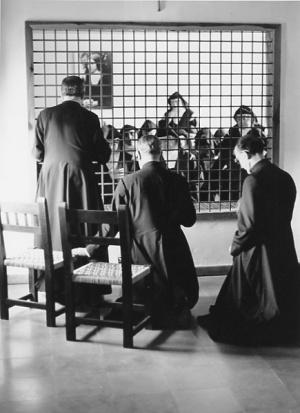 Visita de san Josemaría a un convento de religiosas en el año 1972, durante su viaje de catequesis por la Península Ibérica