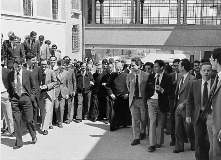 San Josemaría con el beato Álvaro del Portillo y algunos miembros de la Obra en Roma