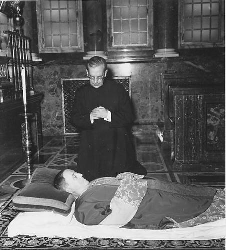 Álvaro del Portillo reza ante los restos mortales de san Josemaría en Santa María de la Paz