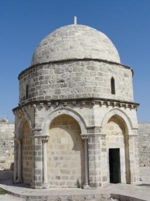 Un recinto octagonal delimita el lugar de la Ascensión, que se recuerda en el centro, dentro de una capilla. Foto: Mattes (Wikimedia Commons).