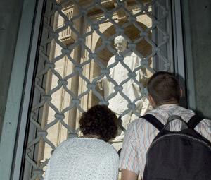 Rzeźbę św. Josemarii można zobaczyć z okna korytarza Zakrystii