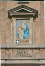 Mosaik der Mater Ecclesiae, das an der Fassade eines der Gebäude angebracht ist, die auf den Petersplatz gehen