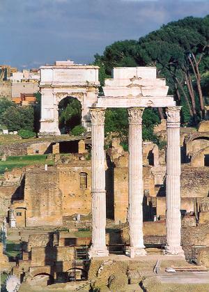 Der Tempel der Dioskuren. Im Hintergrund der Titusbogen