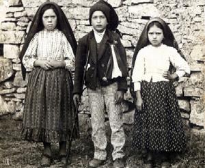 I tre veggenti di Fatima -Lucia, Francisco e Jacinta- fotografati nel 1917, anno delle apparizioni della Madonna