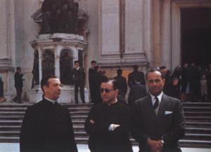 Der Gründer des  Opus Dei mit  Bischof Alvaro del Portillo vor der Santa Casa