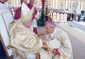 O Prelado do Opus Dei cumprimenta o Santo Padre João Paulo II após a cerimónia da canonização de São Josemaria