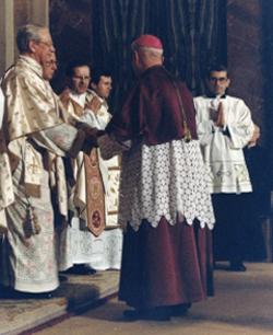 Msgr. Carboni überreicht am 19. März 1983 Msgr. Álvaro del Portillo in der Basilika San Eugenio in Rom die Bulle.