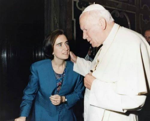 Alejandra zusammen mit Johannes Paul II.