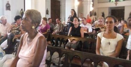 Teilnehmer an der Messe in der Pfarrei vom Guten Hirten