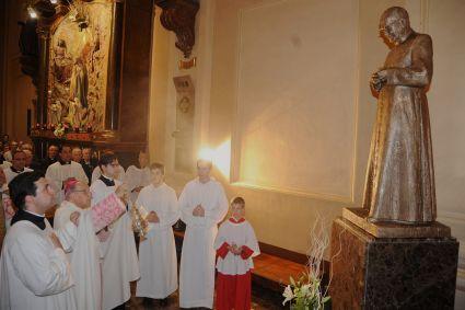 Monsignor Javier Echevarría in un momento della benedizione della statua del fondatore dell'Opus Dei.