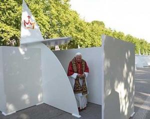 Papież Benedykt XVI przy konfesjonałach podczas Światowych Dni Młodzieży w Madrycie (Hiszpania)