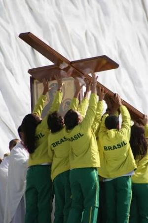 No final, a cruz da JMJ foi entregue pelos espanhóis aos brasileiros que acolherão a próxima JMJ, em 2013. Fot. <i data-verified=