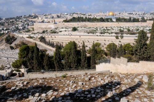 Vue panoramique de Jérusalem du côté est du Cédron, près du mont des Oliviers. À gauche on perçoit la coupole et la tour de la basilique de la Dormition: Signé: Leobard Hinfelaar.