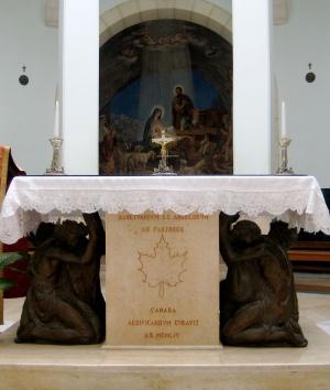 Na ołtarzu wyryto napis upamiętniający wkład Kanady w budowę kościoła. Zdjęcie: Jamie Lynn Ross (Flickr).