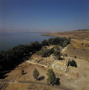 Die Luftaufnahme lässt im Süden die Reste des Hauses des Petrus erkennen und im Norden die Synagoge. Noch ist das Ehrenmal für Petrus, das auf den Überresten der alten Basilika erbaut wurde, nicht errichtet. Firma: Stanislao Loffreda/CTS.