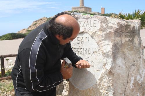 Photo prise le 2 juin 2010. Le sculpteur grave le nom de saint Josémaria sur la plaque d'une petite place qui lui a été dédiée à Capo Sandallo, une île de Sardaigne