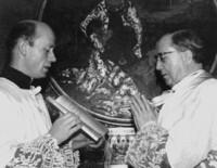 Pe. Francisco acompanha a São Josemaria durante a Dedicação do altar da Casa do Moinho, Cotia - SP, em 27.05.74