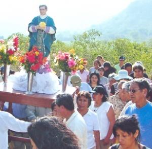 La statue de saint Josémaria portée en procession à El Espinal