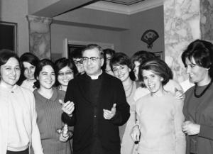 Der hl. Josefmaria 1970 in Rom. Rechts die Autorin des Artikels