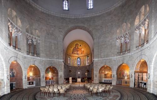 A basílica, de planta circular, conta com uma abside decorada com um grande mosaico. Foto: Israel Tourism (Flickr).