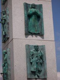 """Dettaglio dell'immagine di San Josemaría scolpita nella """"Porta Itineris Sancti Iacobi"""""""