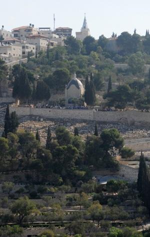 Vista del santuario del Dominus Flevit dalla spianata delle moschee. La forma del tetto vuole suggerire una lacrima. Foto: Leobard Hinfelaar