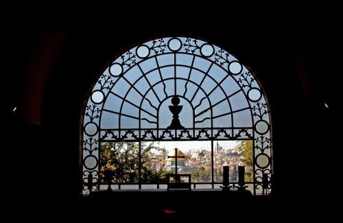 L'abside della chiesa ha una grande vetrata che si apre sulla Città Vecchia. Foto: Antón 17 (Wikimedia Commons)